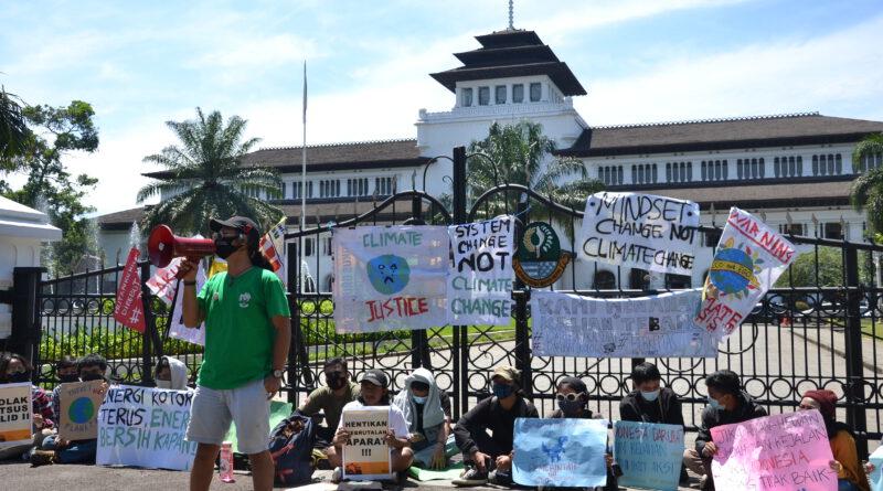 "Massa Aksi ""Jeda Iklim"" Menyuarakan Kepedulian Terhadap Krisis Iklim"